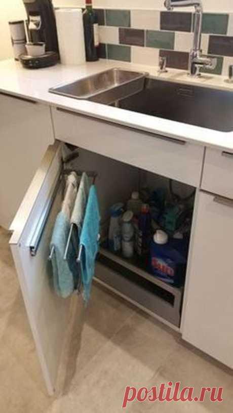 Не стоит оставлять пустым место под раковиной, особенно в условиях небольшой кухни. При рациональном подходе всегда можно разместить здесь массу