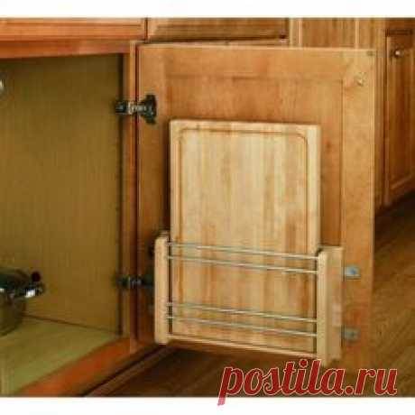 Karmashek en la puerta para el almacenaje de las tablas trinchadoras