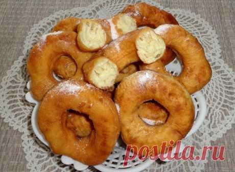 Воздушные пончики на кефире  Ингредиенты:  Кефир — 250 мл Яйцо — 1 шт. Сахар по вкусу – я добавляла 5 ст. л. Соль — щепотка Сода — 1/2 ч. л. Растительное масло — 3 ст. л. Мука — 2,5-3 стакана Растительное масло — для жарки Сахарная пудра — для присыпки  Приготовление:  1. Кефир соединить с яйцом, сахаром и солью, все тщательно перемешать. 2. Теперь высыпать в массу соду и добавить растительное масло. 3. Добавить просеянную муку и замесить тесто. Тесто должно получится глад...