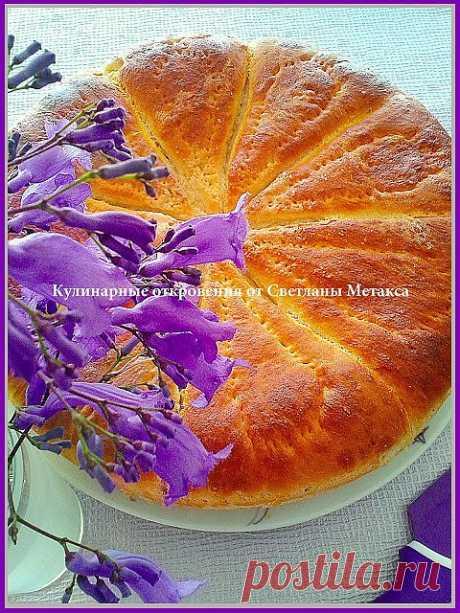 Пирог из дрожжевого теста с начинкой из яблок, абрикосов и изюма.