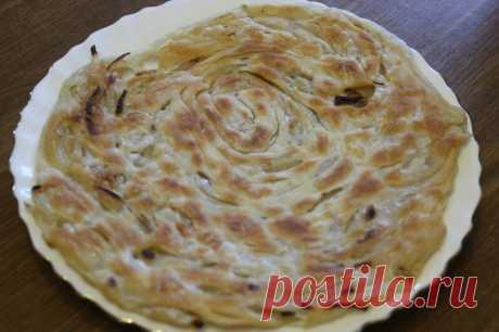 Луковая узбекская слоеная лепешка. Это вкуснее всего того, что я ел до сих пор из пресного теста! Хочется есть её снова и снова