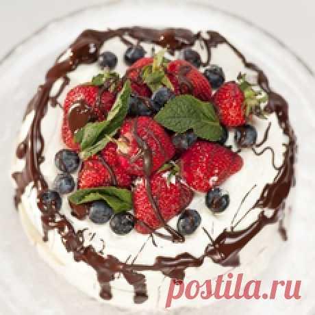 Торт «Молочная девочка» (вариант1) Соединяем сгущенное молоко с яйцами, добавляем муку, разрыхлитель и перемешиваем до однородной консистенции.