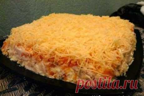 """Салат с копчёной грудкой""""царица"""" Итак, состав: 4-5 небольших картофелин 5 яиц 1 копчёная грудка 2-3 небольших моркови 150 гр сыра 1 маленькая головка репчатого лука, буквально 3см в диаметре майонез 1,5 банки (375мл) чеснок по вкусу Картофель и морковь отварить, остудить, натереть на крупной тёрке. Яйца очистить и также натереть на крупной тёрке. Грудку порезать мелкими кубиками, лук очень мелко. В майонез выдавить чеснок по вкусу, но лучше поядрёней сделать, чеснок должен хорошо быть"""