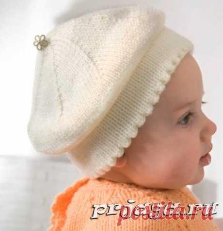 Красивый белый берет спицами для малыша
