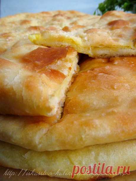 Los pasteles osetios con las patatas y el queso