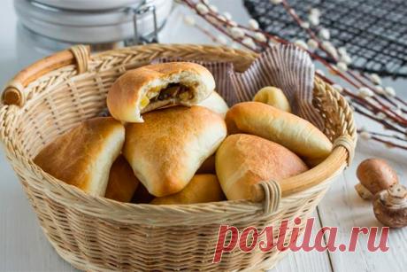 Постные пирожки с картошкой и грибами. Муж и дети обожают! Ингредиенты:  Для теста:   Мука — 3 стакана  Сухие активные дрожжи — 1 ч. л.  Сахар — 2 ст. л.  Вода — 1 стакана  Масло оливковое — 3/4 стак.  Соль — 1/2 ч. л.  Для начинки:   Картофель — 4 шт.  Грибы — 300 г  Чеснок — 2 зубчика  Лук репчатый — 2 шт.  Оливковое масло — по
