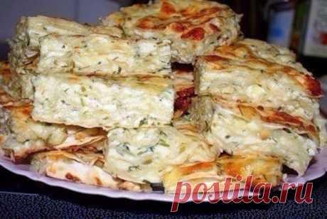Ленивый вариант грузинского слоеного пирога с сыром «Ачма»    Никого не оставит равнодушным!          Ингредиенты: Тонкий лаваш — 7 листовРоссийский сыр — 500 гр.Адыгейский сыр — 500 гр.Яйца — 6 шт.Молоко — 0,7 л.СольЗелень — укроп, кинза Приготовление:  Сыр…