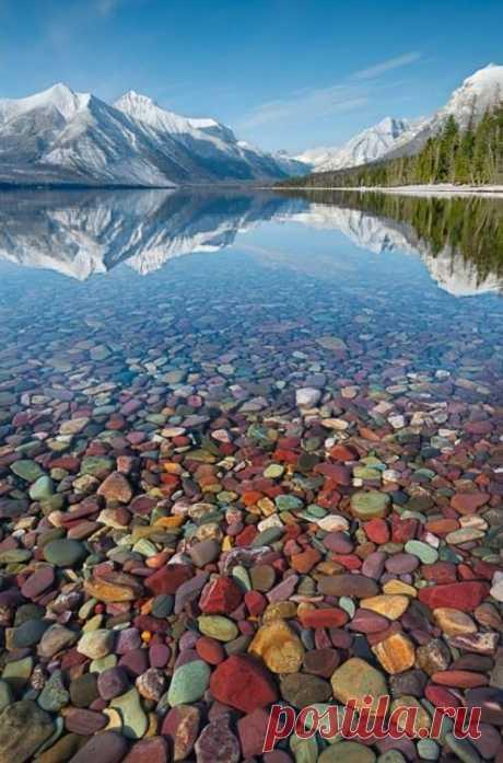 El lago McDonald - el Gleysher más grande en el parque nacional y por lo visto más hermoso. La Montana, los EEUU