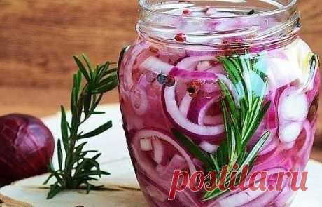 Маринованный лук в банке: узнала об этом рецепте у шеф-повара на Мальдивах. ИНГРЕДИЕНТЫ: Лук красный — 4 шт Сахар — 3 ст.ложки Соль — ½ ст.ложки Винный уксус — 50 мл Вода — 200 мл. Черный перец горошком — 5 шт Самый презентабельный маринованный лук получается из красного. Согласитесь, розовые колечки смотрятся лучше. Вся красота маринованного лука в нарезке. ПРИГОТОВЛЕНИЕ. 1.Лук очищаем и нарезаем кольцами. Примерная ширина кольца — 4-5 мм, так они лучше держат форму. Конечно, колечки из середин