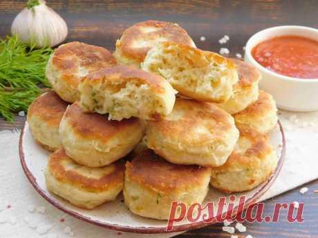 Быстрый завтрак на сковороде Если нужно сообразить что-нибудь необычное и вкусное, можно сделать быстрый завтрак на сковороде. Буквально 5 минут на замес теста, столько же на обжаривание, и на столе уже целая гора невероятно вкусных и ароматных пышечек. При желании можно добавить кусочки колбасы, грибов, овощей.