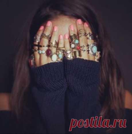 Всё о кольцах Кольца считаются одним из самых древних видов украшений. С этим связано и множество правил этикета ношения колец, восходящих к древним поверьям, основанных на магическом мировосприятии.    Сегодня это…