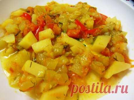 Летнее овощное рагу с картофелем в мультиварке. Рецепт Морковь очистить, крупно нарезать. Лук, картофель, кабачок, баклажан, перец также крупно нарезать.