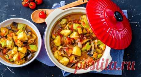 El ragú de hortalizas con las berenjenas y los calabacines