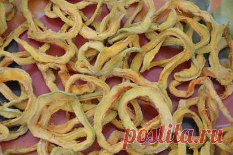 Сушеные кабачки как грибы  Кабачки не чистить. Аккуратно вынуть сердцевину с помощью ложки или ножа и порезать кабачок в виде спиральки. Нанизать спиральки на веревочку и сушить на солнце. Высушенные кабачки сложить в картонны…