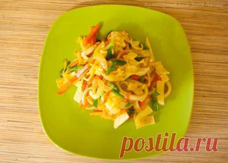 Теплый салат с кальмарами и яйцом-омлетом | Правильная Еда