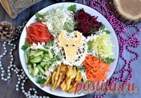 """Салат """"Бык в огороде"""" - 12 пошаговых фото в рецепте К любому праздничному столу, а особенно к новогоднему столу 2021 года, который будет годом Быка, предлагаю приготовить яркий, красочный и очень вкусный салат """"Бык в огороде"""". Салатик состоит из мяса (в данном рецепте свиной фарш), которое является символом быка, и овощей, которые символизируют ..."""