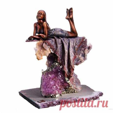 ПРЕВОСХОДСТВО БРОНЗОВЫХ СТАТУЭТОК С ЧАРУЮЩИМ АМЕТИСТОМ   Бронзовые композиции – элемент декора, произведение искусства, отличающееся солидностью образа, долговечностью, красотой.  Скульптура из бронзы в сочетании с аметистом красива и проста для восприятия.