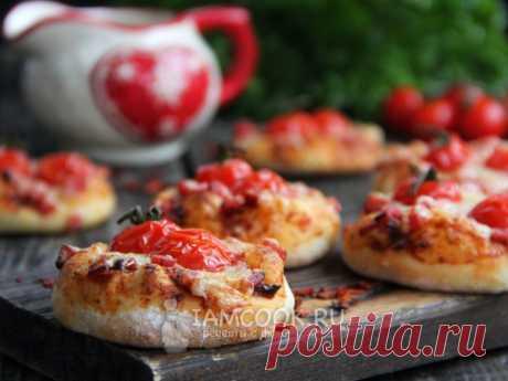 Мини-пиццы из дрожжевого теста в духовке (с колбасой)
