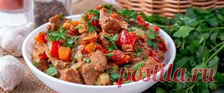 Тушеная свинина с болгарским перцем • Рецепт Нежная тушеная свинина с болгарским перцем, картофелем и красным луком в сковороде. К тому же мясо с консервированными помидорами, зеленью и приправами