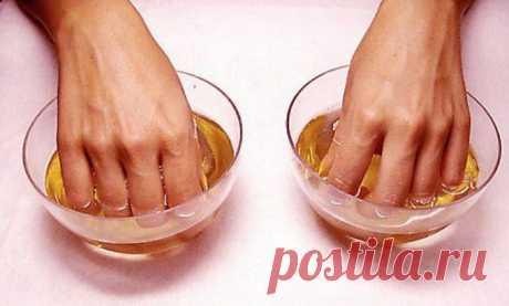 Йодная ванночка от ломкости, слоистости и слабости ногтей   Для укрепления ногтей, очень полезна йодная ванночкаВ ее состав входят: йод – 5 капель, вода – 1 стакан, пищевая соль – ½ столовой ложки.Растворить йод и соль в воде, опустить ногти в емкость со сме…