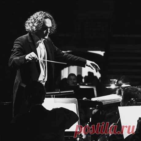 Юрий Медяник - российский дирижер, баянист, скрипач и мультимузыкант.