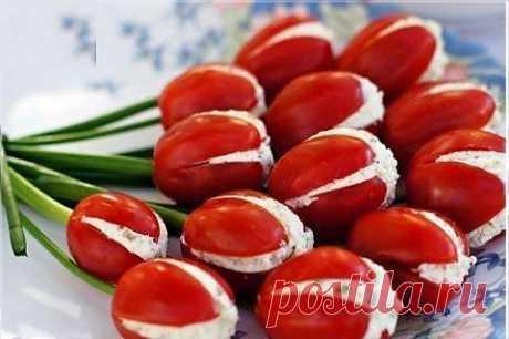 """Cалат """"Тюльпаны"""". Для того чтобы приготовить такой салат нужны помидорыы, лук и плавленые сырки соединённые с чесноком."""