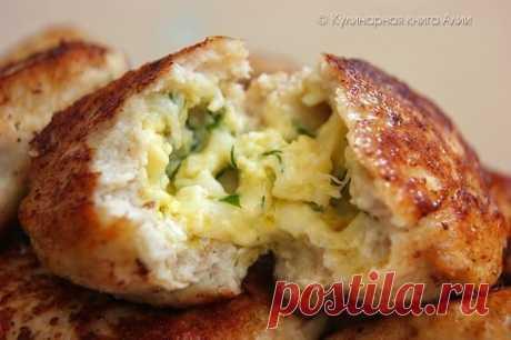 Котлеты с очень вкусной начинкой! Понадобится: Для фарша: -500 куриного фарша -1 луковица -1-2 зубчика чеснока -хлеб (по вкусу) -1 яйцо -соль,перец Для начинки: -100-150 г сыра натереть на мелкой терке (у меня моцарелла) -2 вареных яйца натереть на мелкой терке -петрушку и укроп мелко нарезать -2 ст ложки сливочного масла комнатной температуры - можно добавить любимые приправы Приготовление: Приготовить начинку Приготовить фарш. У меня получился жидковатый. Может быть хлеб...