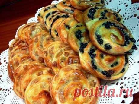 Французские булочки на завтрак Рецепт простой , вкус потрясающий, а главное эта консистенция, в дорогих отелях в Европе такие готовят на завтрак. Берем готовое слоеное дрожжевое тесто.