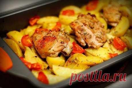 Курица маринованная в кефире, запечённая с картофелем и чесноком Очень просто и очень вкусно!