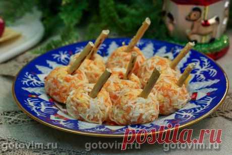 Закусочные шарики с соленой сельдью и морковью. Рецепт с фото Еще один вариант закусочных шариков на тему салата «сельдь под шубой». На этот раз без свеклы, но с вареной морковью и сыром. Для остроты к моркови добавили пропущенный через пресс чеснок. Перед подачей закуска должны постоять в холодильнике, чтобы шарики стали плотнее. Для удобства каждый шарик можно нанизать на соленую соломку, но делать это надо непосредственно перед подачей на стол. Чтобы соломка не размякла.