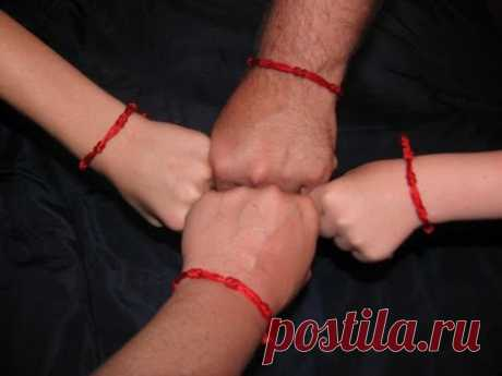 Красная нить на запястье, что означает и как завязать.