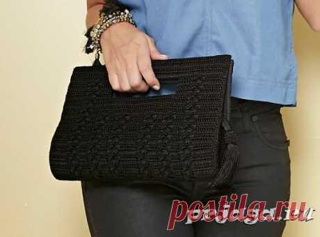Вязаная сумочка крючком с кисточками