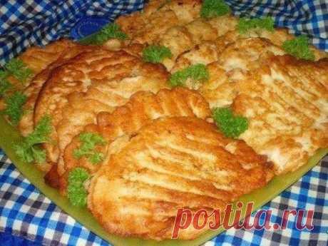 Супер вкусные отбивнушки с тонкой луковой ноткой. Филе куриное — 700 г Яйцо куриное (для кляра) — 4 шт Майонез (для кляра) — 3 ст. л. Сметана (для кляра) — 3 ст. л. Соль (по вкусу) Перец черный (по вкусу) Мука (с горкой,для кляра) — 4 ст. л. Куриное филе нарезать на куски и отбить. Посолить, поперчить и отложить пока. Делаем кляр... На средней терке натереть большую луковицу (можно измельчить в блендере). Добавить яйца, майонез, сметану, соль и перец. Постепенно добавить муку. Все перемешиваем