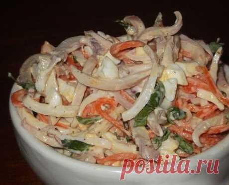 Салат с кальмаром, яйцом и корейской морковью  Итого на 100 гр 97 ккал Б/Ж/У 11.6 / 4.4 / 3.3  Ингредиенты: Кальмары - 4 шт Морковь корейская - 100 г Яйца - 2 шт Йогурт натуральный - 3 ст. л Петрушка - 15 г Соль, перец - по вкусу  Приготовление: Яйца сварить вкрутую. Для этого залить холодной водой. Довести до кипения, уменьшить огонь, варить 5 минут. Затем снять с огня и снова залить холодной водой и охладить. Кальмары промыть, обдать кипятком, очистить от п...
