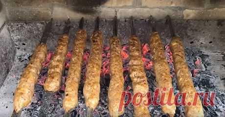 Мы любим обычный классический шашлык из кусков мяса свинины или говядины. И, возможно, мало кто знает, что из мясного фарша тоже можно сделать настоящий вкусный шашлык под названием люля-кебаб на мангале.