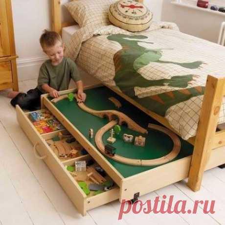 """Кровать с местом для игр. Хотите сделать детскую комнату необычной? Много идей - в книге """"Как обустроить детскую"""". По ссылке можно скачать много бесплатных мастер-классов из книги: Сохраните себе, чтобы не потерять."""