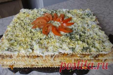 """Слоёный торт """"Объедение""""  1 упаковка готовых коржей для торта """"Наполеон"""" 2-3 зубчика чеснока 2 луковицы 1 баночка шпрот 2 моркови 5 варёных яиц 100 г твёрдого сыра специи, зелень, соль по вкусу  Лук нарезать мелко, морковь натереть на мелкой тёрке. Пережарить на масле. Шпроты размять вилкой, добавить лук, морковь, майонез, хорошо перемешать. Сыр натереть на мелкой тёрке, яйца натереть на крупной тёрке (лучше сразу на коржи). Чеснок пропустить через пресс и перемешать с май..."""