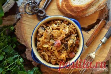Рагу из кислой капусты с интенсивным вкусом и запахом. В хорошем бигосе должна присутствовать кислая капуста, много мяса, лесные грибы, чернослив, специи. Бигос – фирменный знак польской кухни. Подайте бигос с черным хлебом и сметаной. Объедение!