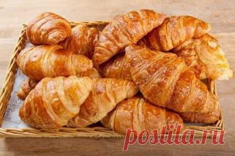 Французские круассаны  Надо взять:  - 500 грамм пшеничной муки - 2 куриных яйца - 8г дрожжей, - 180 грамм сливочного масла, - 20 мл подсолнечного масла, - 60 грамм сахарного песка, - Поваренная соль - 5 грамм Начинка: - Варенье или джем (можно использовать сгущенку, сыр, шоколад)  Приготовление: 1. Разведите дрожжи в 150 мл теплой воды, дайте им постоять, перемешайте. 2. Просейте муку в глубокую миску. 3. Добавьте в муку, 1 яйцо, сахар, 30 г масла сливочного, соль, дрожжи ...