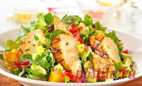 Салат с манго, пекинской капустой и копченой курицей