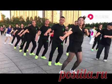 广场鬼步舞《回头看看我》歌好听舞好看,想学跳就跟着练