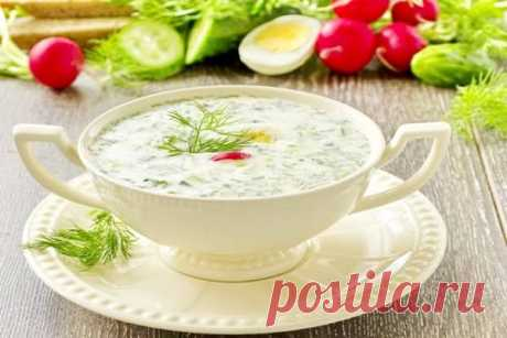 La okroshka sobre el yogurt con el agua mineral la receta de la foto