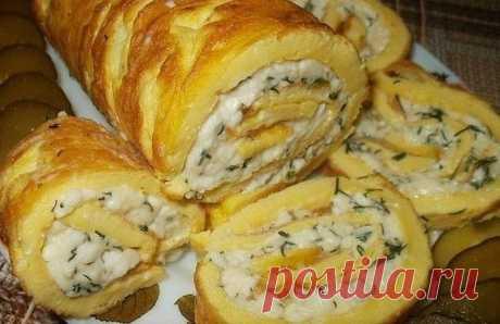 El panecillo omletnyy con plavlennym por el queso.