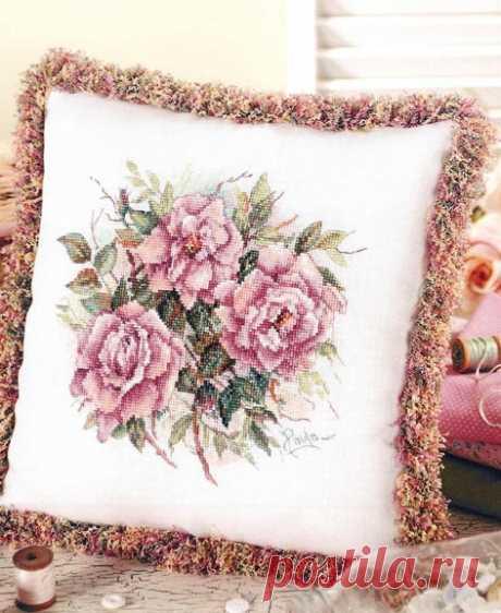 """Вышивка крестом — подушка с вышивкой """"Букет роз""""(схемы)      Подушки с вышивкой цветами -- """"Букет роз""""(схемы)     https://www.liveinternet.ru/users/5354184/post297487986/"""