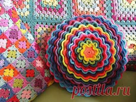 Очень интересный мастер-класс, показывающий, как сделать этот замечательный слоистый цветок и превратить его в Цветущую подушку.