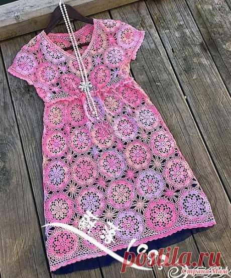 Оттенки нежности. Ажурное платье из мотивов. Это платье с завышенной талией смотрится просто волшебно не только благодаря красивым цветочным мотивам из которых оно связано но и нежным розово-сиреневым оттенкам пряжи.  5 мотков тонкой меланжевой хлопковой пряжи. Крючки 1.25 1.5 1.75.  Длина юбки платье 103 см. Обхват груди 90 см.