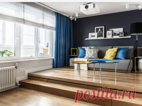 В единственной, 19-метровой, комнате этой маленькой квартиры дизайнерам удалось разместить сразу два двуспальных места: раскладной диван и кровать. Диван — на подиуме. А кровать...найдите сами!