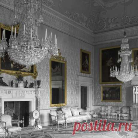 The Palace wallpaper is inspired by the wonderfully opulent interiors of stately homes and palaces of the 18th Century.   It features an image of a large hall adorned with beautiful paintings and chandeliers. It can be used to create an illusion of space and grandeur.
