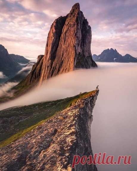Туман переливается через край величественной горы