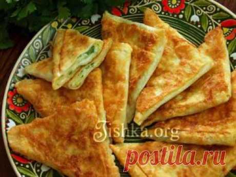 Пирожки из лаваша с сыром и зеленью Вкуснейшие пирожки из лаваша на сковороде, аккуратные треугольники, закрытые со всех сторон. Все секреты приготовления! Можно готовить с разными начинками.